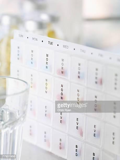 Distributeur de comprimés et un verre d'eau
