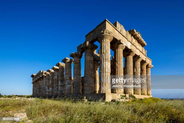 pillars at ruins - archeologia foto e immagini stock