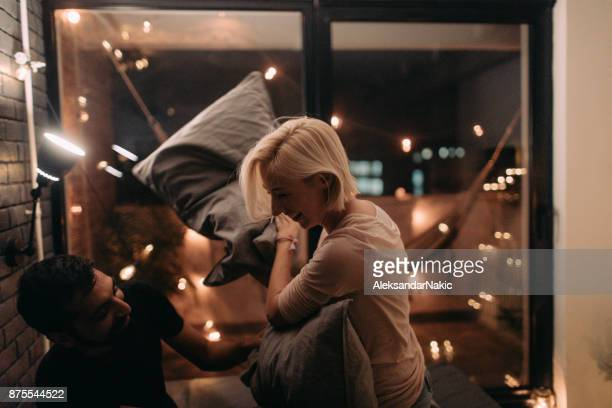 oreiller se battre - couple au lit photos et images de collection