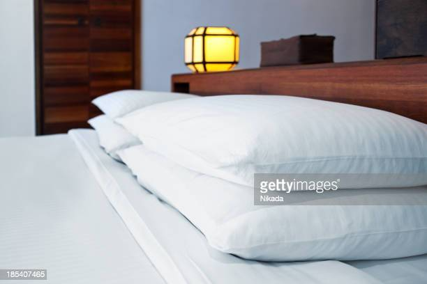 Almofadas disposto na cama