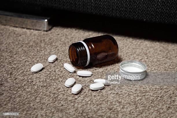 pastillas se derramó en la planta baja - suicidio pastillas fotografías e imágenes de stock