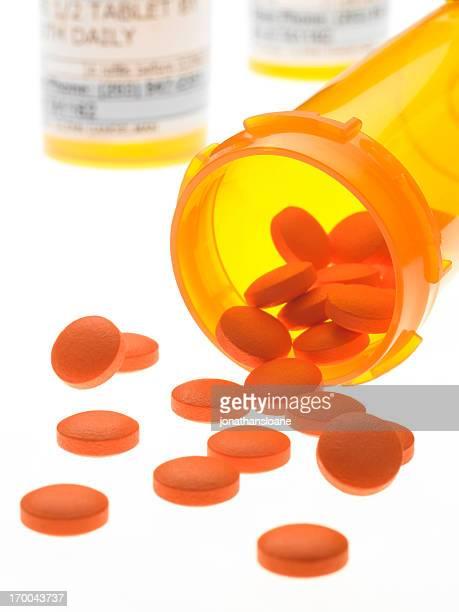 Pillen Verschütten von Flasche auf strahlend weißem Hintergrund
