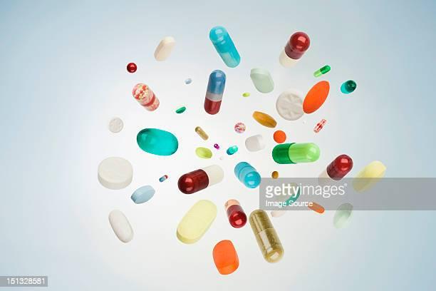 pills, tablets and capsules in mid air - medikamenten kapsel stock-fotos und bilder