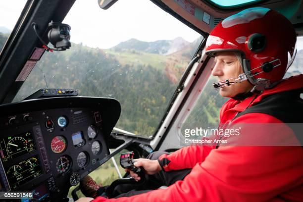 Helicóptero del rescate del piloto vuela montaña