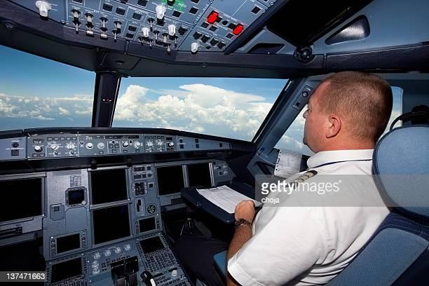 Pilotos en la cabina durante un vuelo de avión