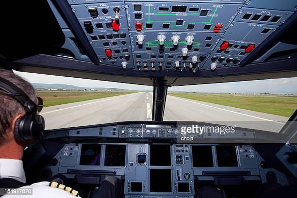 Pilotes dans le cockpit d'avion de tourisme