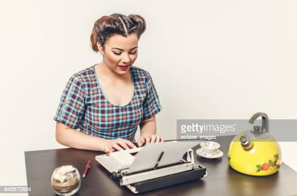 Pin Up meisje met typemachine