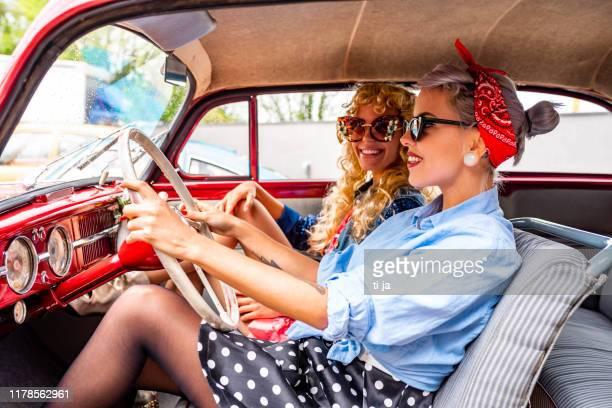 épinglez des filles dans une photo de stock de voiture de cru - rockabilly photos et images de collection