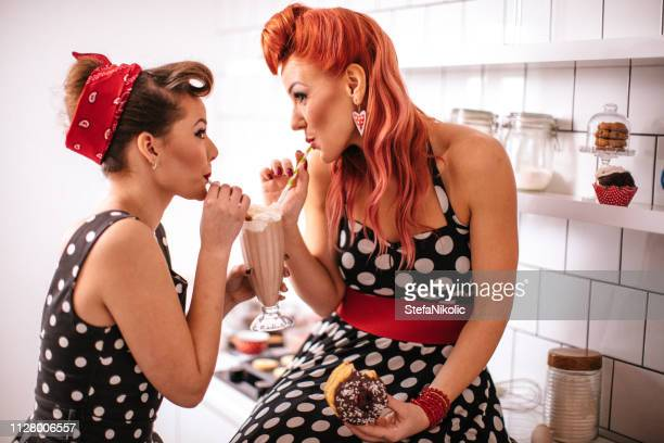 pin up filles faire des cookies - pin up photos et images de collection