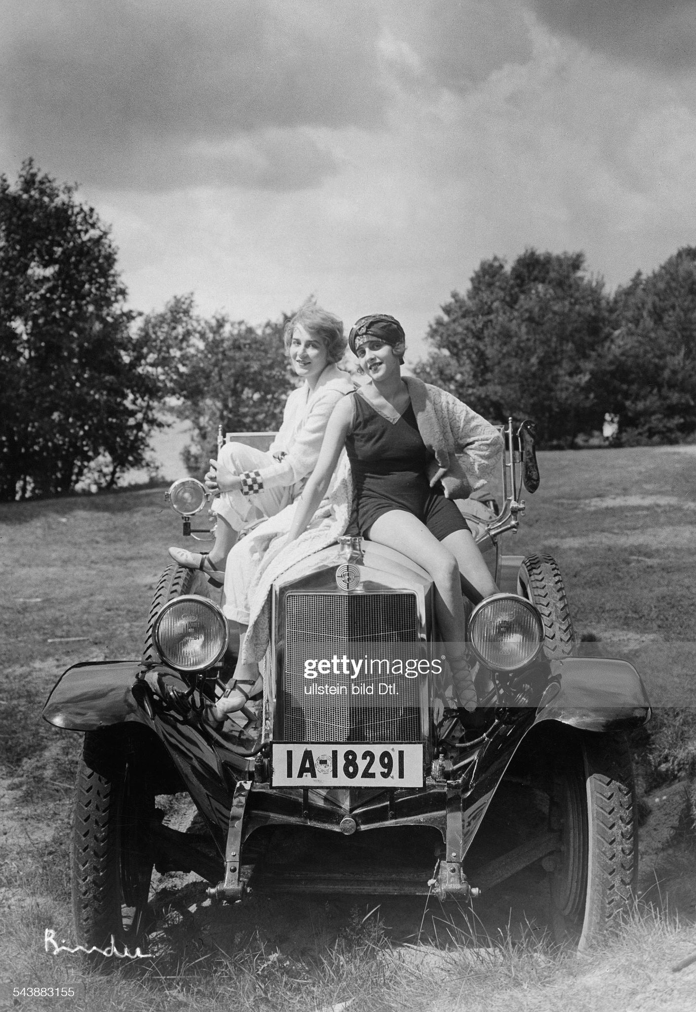 Pinajeff, Elisabeth - Actress, Russia*17.04.1900-1995+- sitting with a friend (l.) on the bonnet of a car - Photographer: Atelier Binder- 1930Vintage property of ullstein bild : News Photo