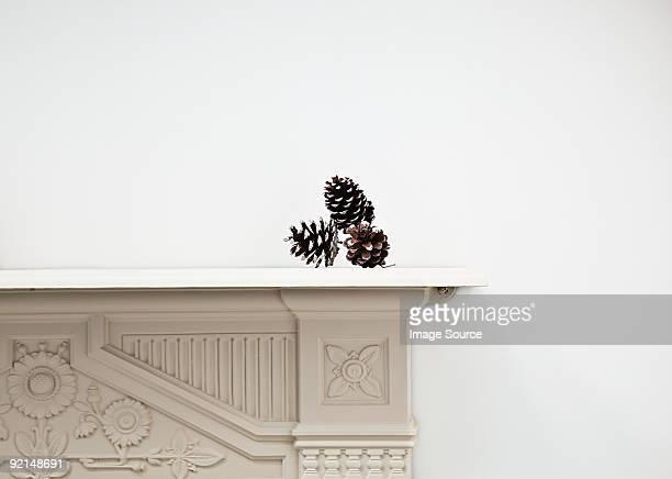 pinheiros sobre mantlepiece - consolo de lareira - fotografias e filmes do acervo