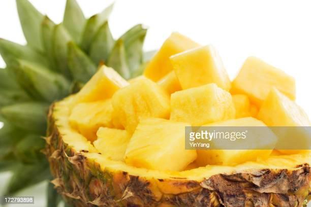 Ananas-Würfel zubereitet und angerichtet auf halber Obst
