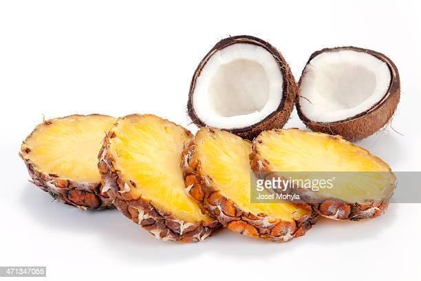 Ananas-Scheiben und Kokosnuss