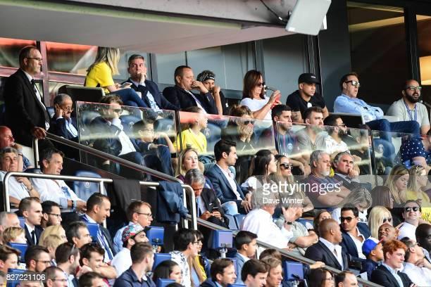 Pini Zahavi second behind the window, Neymar SR father, Neymar JR of PSG , his best friend Jo Amancio, Nadine Santos, mother of Neymar and Wagner...
