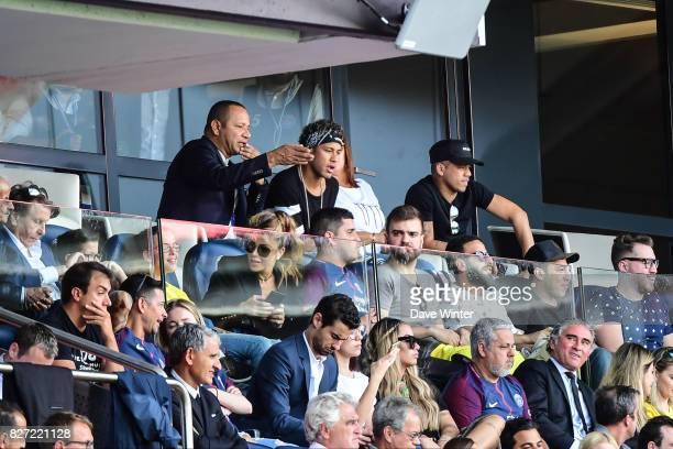 Pini Zahavi second behind the window, Neymar SR father, Neymar JR of PSG , his best friend Jo Amancio, Nadine Santos, mother of Neymar during the...