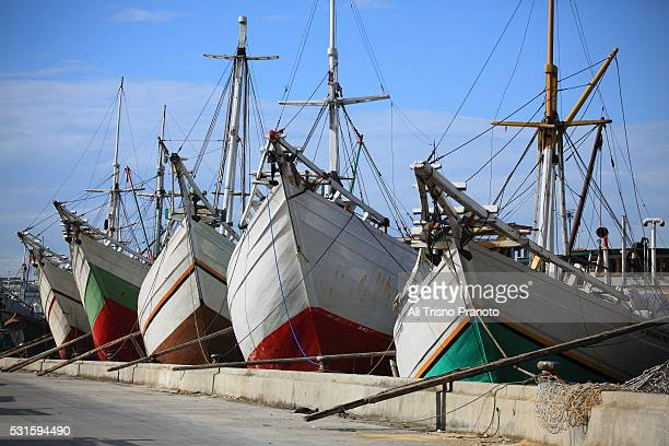 pinisi wooden ship in sunda kelapa port, jakarta - makassar stock pictures, royalty-free photos & images