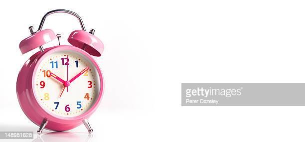 pink alarm clock, with copy space - objet quotidien photos et images de collection