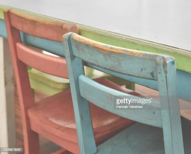 pink and blue children's chairs and table - 男女の争い ストックフォトと画像
