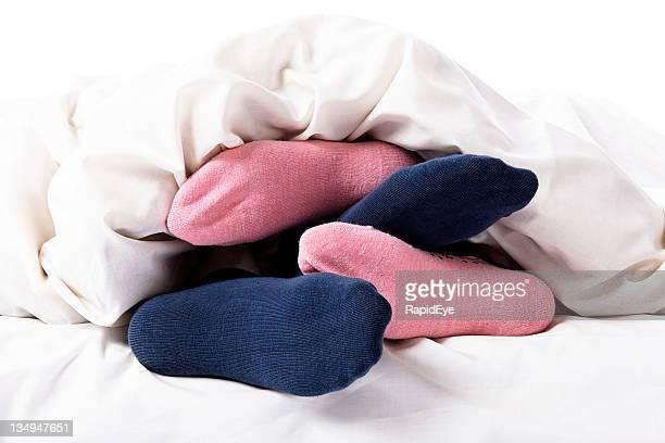 Rosa und Blau kleine Füße der Liebespaar im Bett