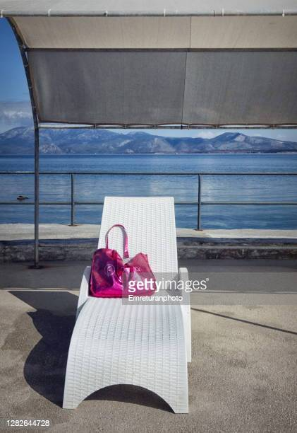 pink bag on a white beach chair on a sunny day in autumn. - emreturanphoto fotografías e imágenes de stock