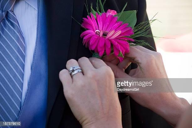 rosa blume im knopfloch - revers stock-fotos und bilder