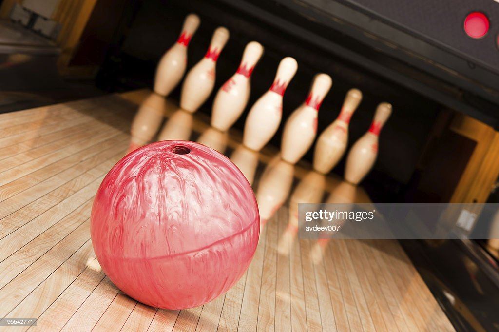 Bowling ball mit pins : Stock-Foto