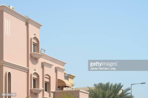 pink building in manama - bahrain foto e immagini stock
