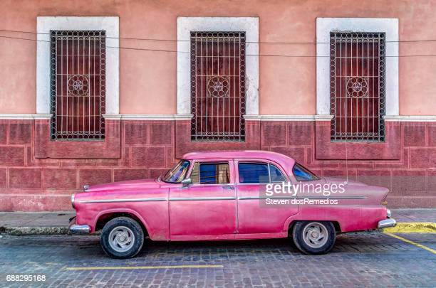 pink car - cuba photos et images de collection
