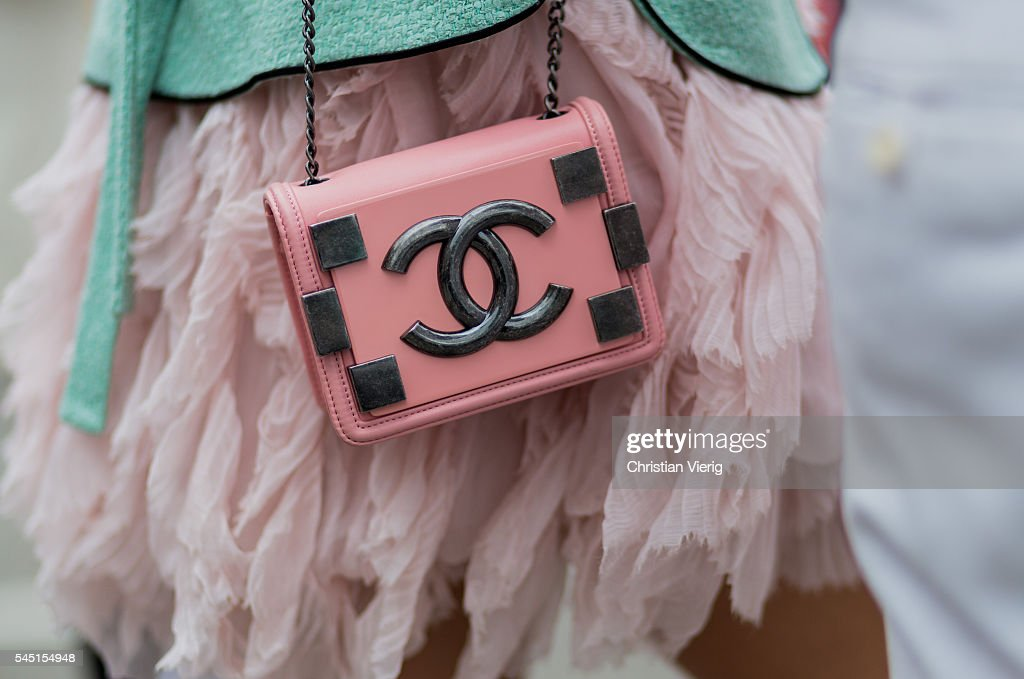 Street Style - Paris Fashion Week : Day Three- Haute Couture F/W 2016/2017 : News Photo