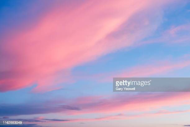 pink clouds at sunset - bleu photos et images de collection