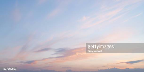 pink clouds at sunset - avondschemering stockfoto's en -beelden