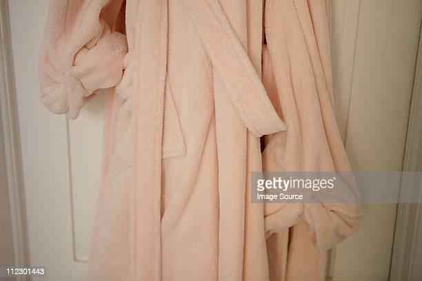 Rosa Camice appeso sulla porta abiti