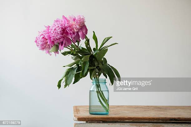 pink flowers in jar on table - vase stock pictures, royalty-free photos & images