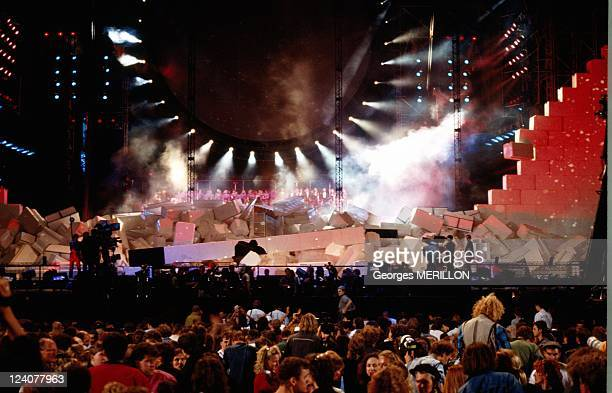 Pink Floyd performs In Berlin Germany On July 21 1990 Pink Floyd performs The Wall in Berlin to commemorate the fall of the Berlin Wall