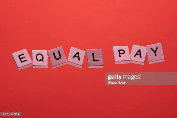 pink game squares spell equal pay - gleichheit stock-fotos und bilder