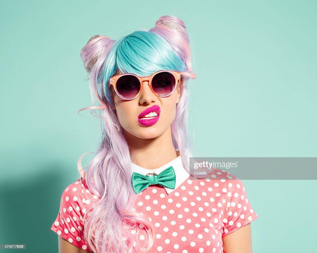 Pinks Hair Style: Capelli Rosa Manga Ragazza Fare Le Boccacce Foto Stock