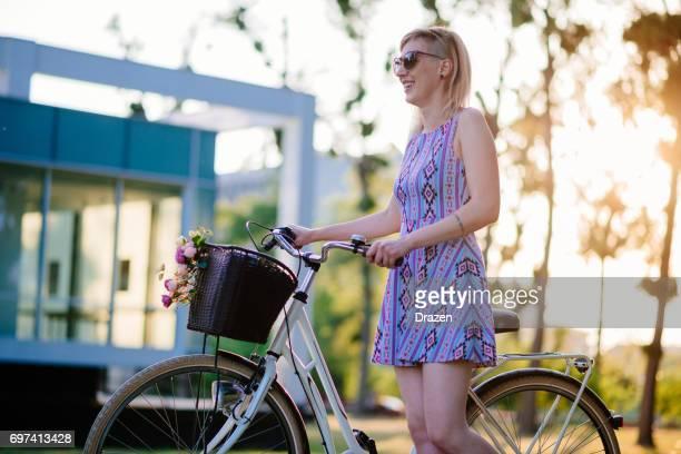 Roze haar jonge vrouw met retro fiets