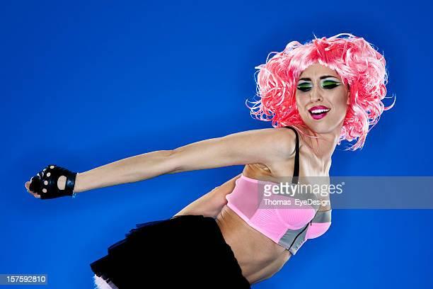 ピンク haired woman in アバンギャルドな服装 - 指なし手袋 ストックフォトと画像
