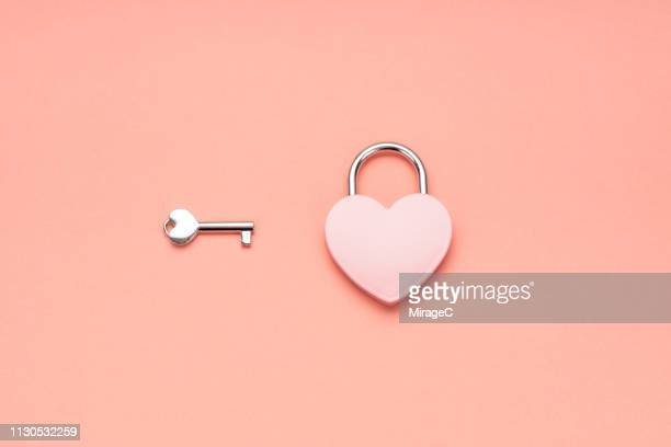 pink heart shape padlock and key - amour photos et images de collection