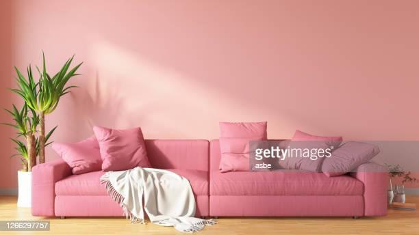 roze woonkamer met bank - pink stockfoto's en -beelden