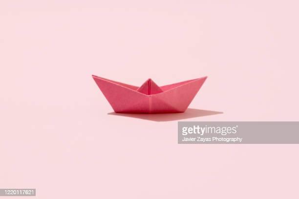 pink paper boat - origami foto e immagini stock