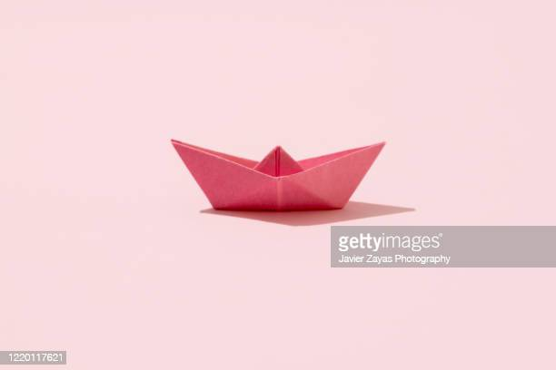 pink paper boat - origami photos et images de collection