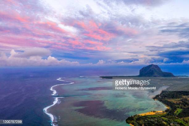 pink sky at sunrise on coral reef and le morne, indian ocean, mauritius - インド洋 ストックフォトと画像