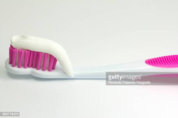 pink toothbrush with toothpaste - pink tube photos et images de collection
