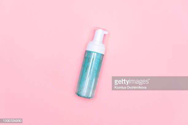 pink wash gel bottle on pink background - alcool gel imagens e fotografias de stock