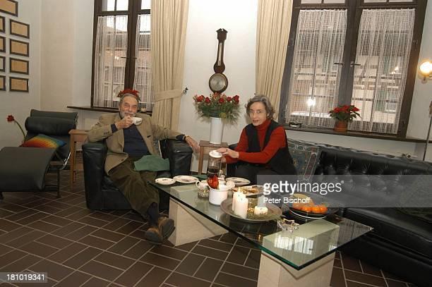Pinkas Braun Ehefrau Ingrid Resch Homestory Hemishofen Schweiz 211202 Kerzen Früchte Tasse Tee trinken Gebäck Kekse Frau