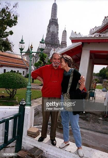 """Pinkas Braun, Lebensgefährtin Ingrid Resch, am Rande der Dreharbeiten zum ZDF-Film """"Singapur-Express - Geheimnis einer Liebe"""", Bangkok, Thailand,..."""