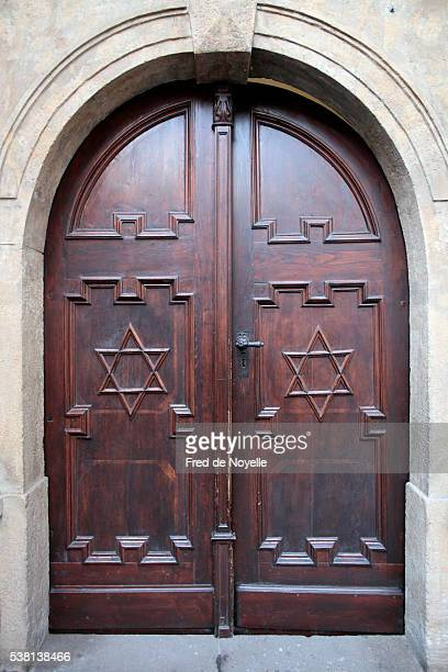 pinkas synagogue. memorial to the 80,000 jewish victims of the holocaust from bohemia and moravia. main door with stars of david - synagoge stock-fotos und bilder