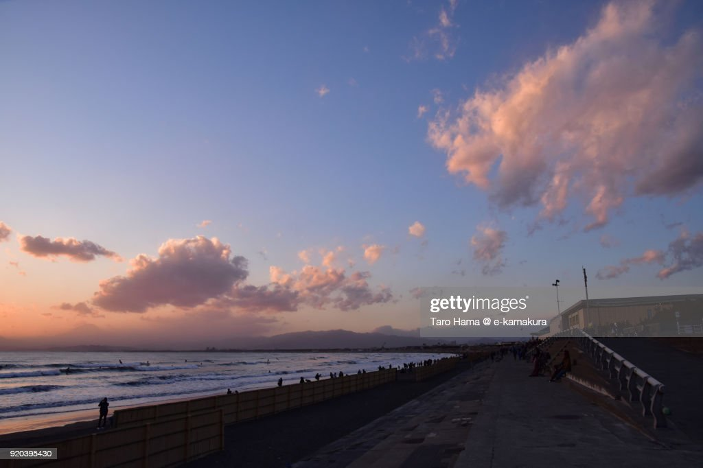 Pink-colored sunset clouds on Katase Beach in Kanagawa prefecture in Japan : ストックフォト