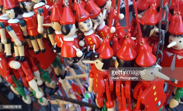 pinocchio puppets for sale in a souvenir stand in florence - arnaque photos et images de collection